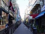 Calle con varios restaurantes
