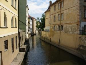 Canal estrecho entre las casas