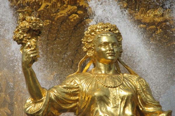 Estatua de oro en una fuente