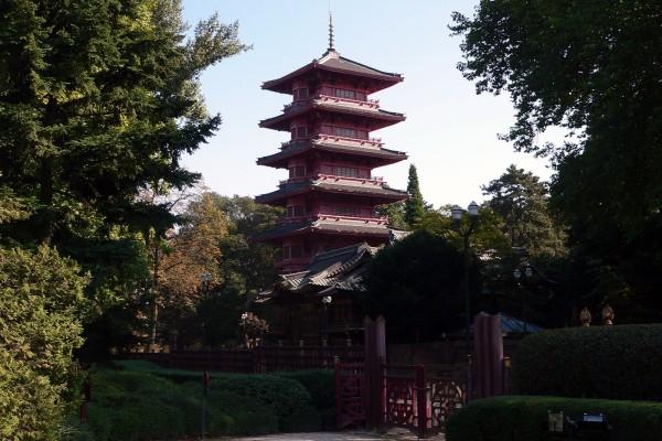 Pagoda rodeada de vegetación