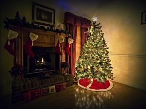 Postal: Arbolito de Navidad junto a la chimenea