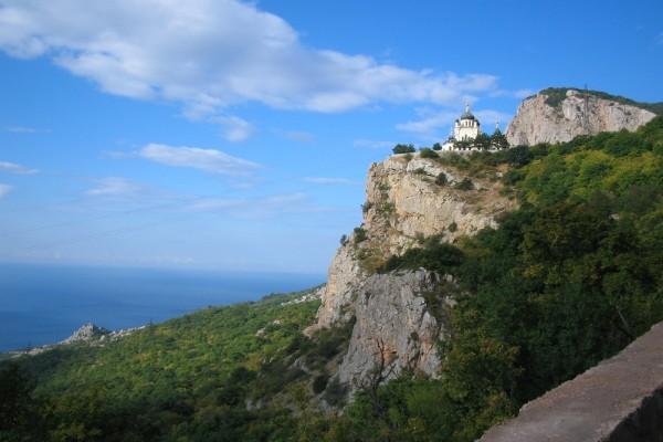 Edificio en la montaña, cerca del mar