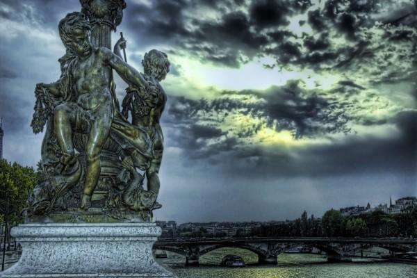Puente y una estatua