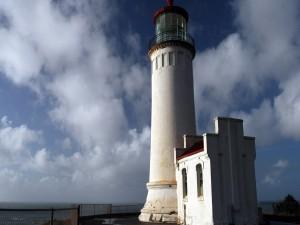 Faro blanco junto al mar