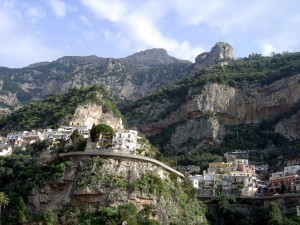 Postal: Casas construidas en la montaña