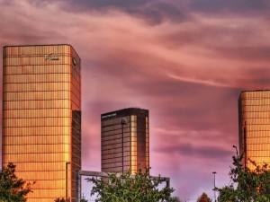 Tres edificios en una ciudad