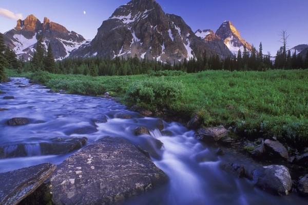La luna en el cielo entre dos montañas
