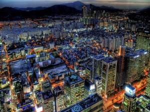 Postal: Rascacielos iluminados en la noche de la ciudad