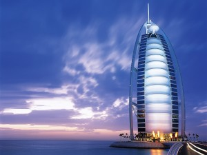 El hotel Burj Al Arab pegado al mar