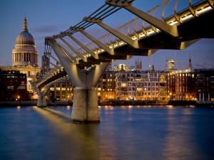 Postal: El río Tamesis, el puente Millennium y la Catedral de San Pablo en la ciudad de Londres
