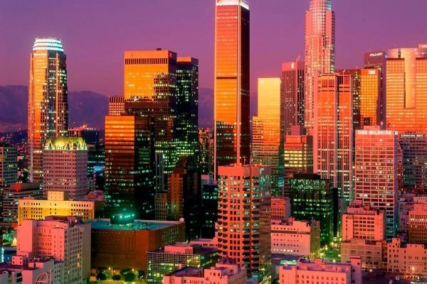 La luz del sol en los rascacielos de la ciudad