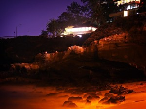 Postal: Casas en las rocas de la playa