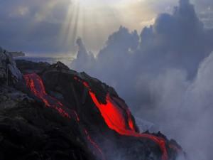 Postal: Lava roja de un volcán