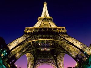 Postal: Bajo la Torre Eiffel