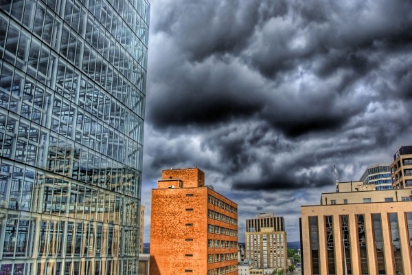 Nubes negras sobre los edificios
