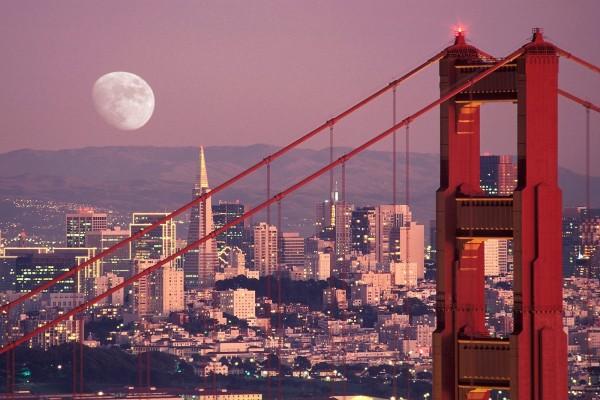 Gran luna en el cielo de la ciudad