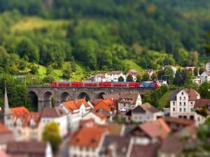 Tren pasando por un pueblo