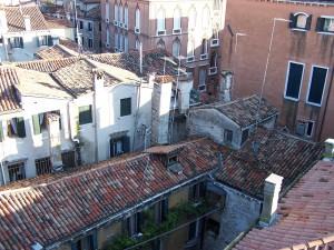 Postal: Tejados y ventanas de casas viejas