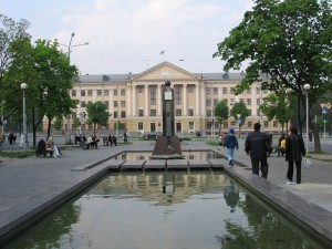 Edificio con la bandera de Ucrania