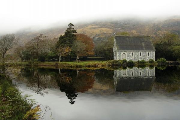 Pequeño edificio de piedra junto al agua