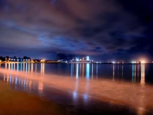 Agua en calma por la noche