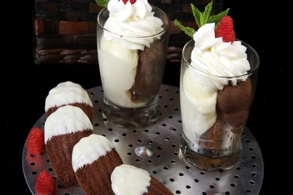 Postre con nata, chocolate y fresa