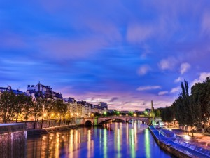 Postal: Luces reflejadas en el río