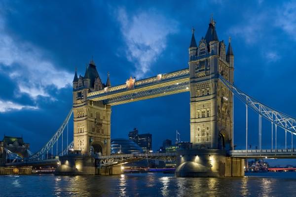 Puente de la Torre visto de noche