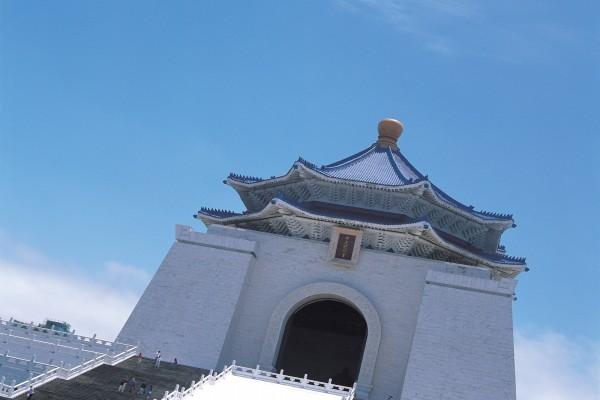 Edificio oriental con tejado azul