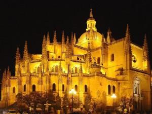 Vista nocturna de la Catedral de Segovia (España)