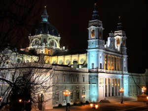 Vista nocturna de la Catedral de la Almudena, en Madrid, España