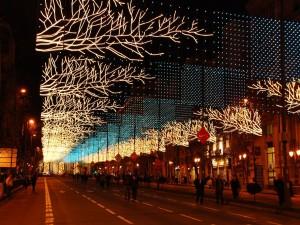 Alumbrado navideño en una calle de Madrid ( España )
