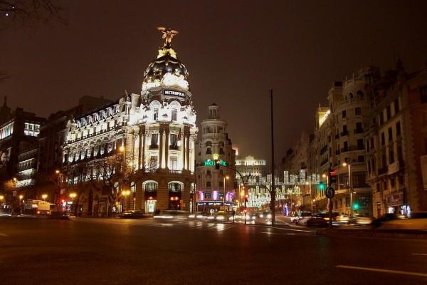 Vista nocturna de la Calle de Alcalá en Madrid (España)