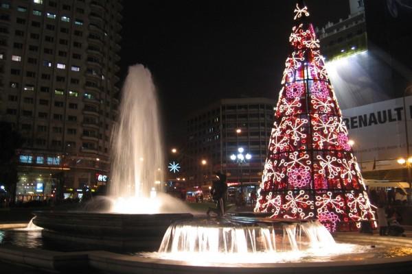 Vista nocturna de la Fuente del Nacimiento del Agua, en la Plaza de España de Madrid (España)