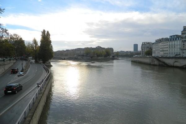 Autopista Georges-Pompidou y el río Sena en París, Francia