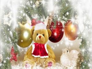 Postal: Peluche vestido de Papá Noel junto al árbol de Navidad