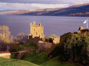 Castillo en ruinas con vistas al agua