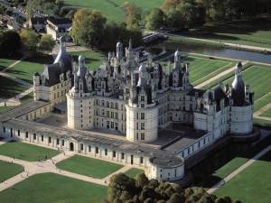 Postal: Vista aérea de un gran castillo