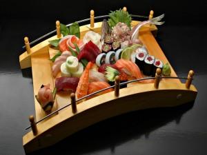 Delicada presentación de comida japonesa