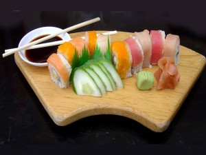 Postal: Tabla de madera con sushi
