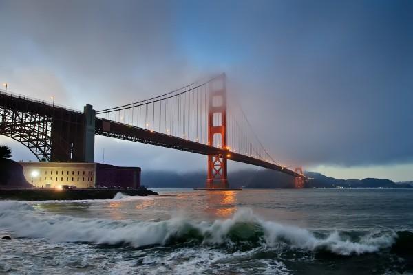 El puente de San Francisco visto desde la orilla