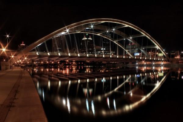 Puente con forma de arco iluminado