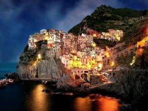 Postal: Casas iluminadas en la costa