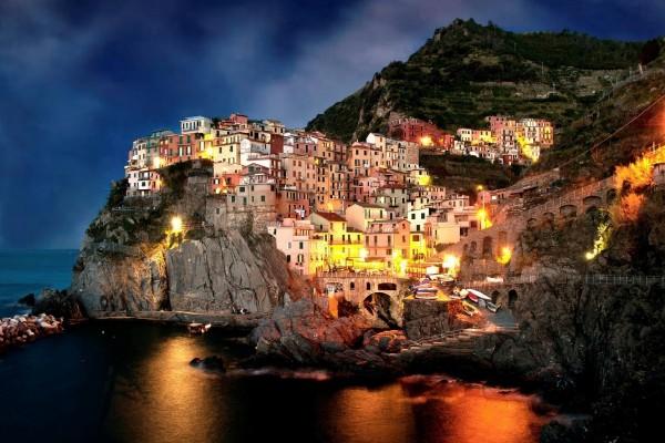 Casas iluminadas en la costa
