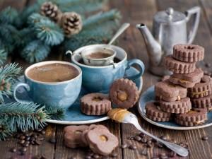 Galletas de chocolate con caramelo y tazas de café