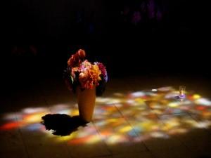 Un jarrón con flores en el piso