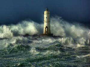 Faro solitario entre las olas agitadas