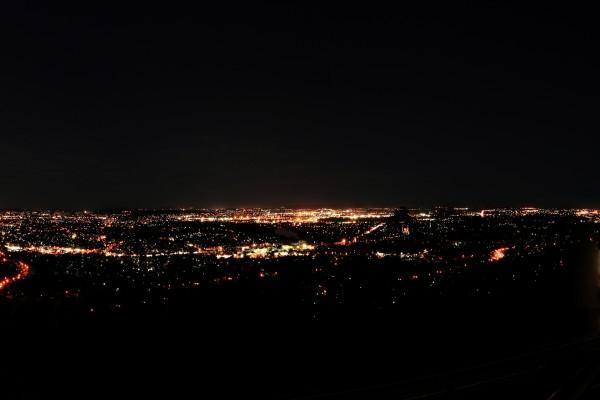 Luces de la ciudad vistas desde la lejanía
