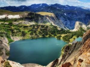 Lago entre grandes montañas