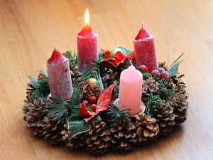 Postal: Corona de Adviento con velas rojas